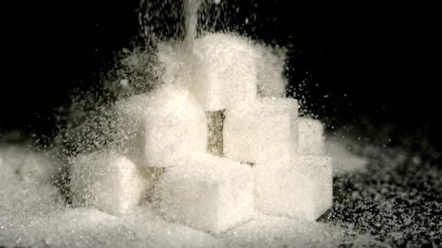puderzucker fallen auf die würfel - zucker stock-videos und b-roll-filmmaterial