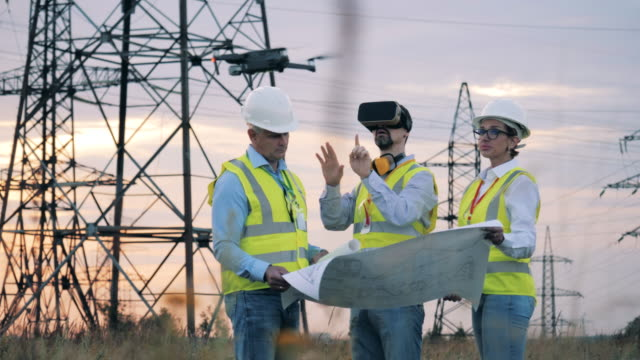vídeos de stock e filmes b-roll de power engineers are exploring a project with vr-glasses and a drone - fila arranjo