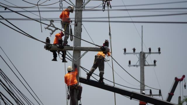 kraftledning arbetare - skylift bildbanksvideor och videomaterial från bakom kulisserna