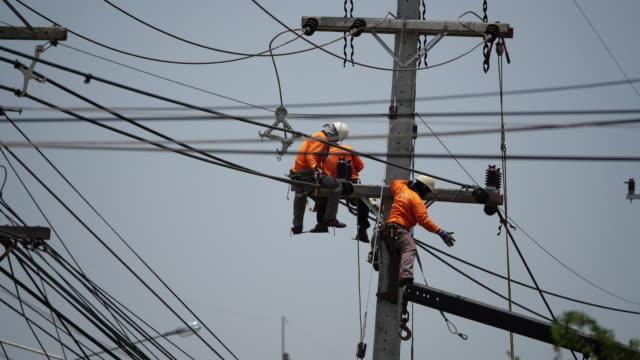 power line workers - cavo dell'alta tensione video stock e b–roll
