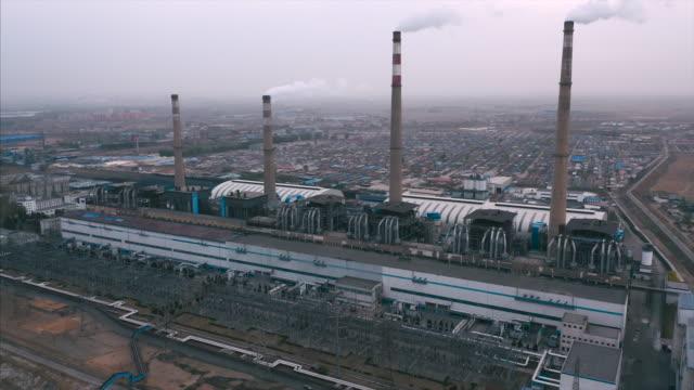 power plant aerial view - уголь стоковые видео и кадры b-roll