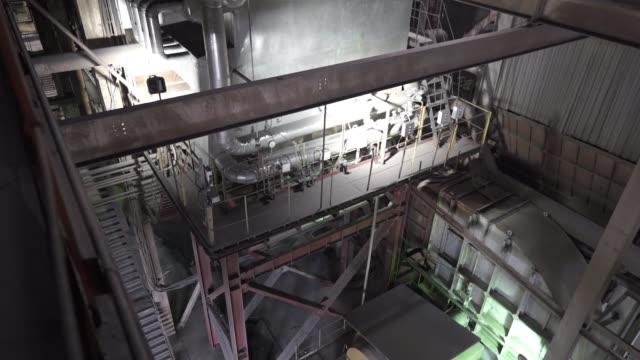 vídeos y material grabado en eventos de stock de planta de energía. vista interior de la planta combinada de calor y energía - turbina