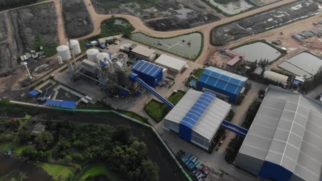 centrale elettrica - impianto di trattamento dei rifiuti solidi urbani / rdf (combustibile derivato dai rifiuti) - reattore nucleare video stock e b–roll