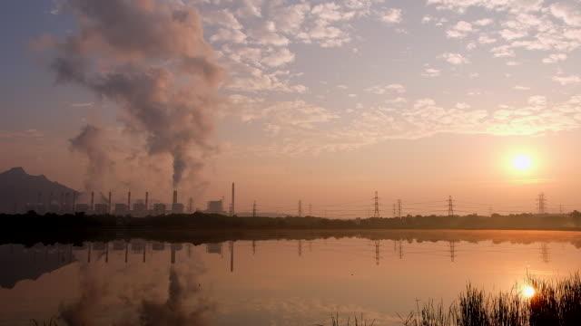日の出と喫煙石炭発電所 - インドネシア点の映像素材/bロール