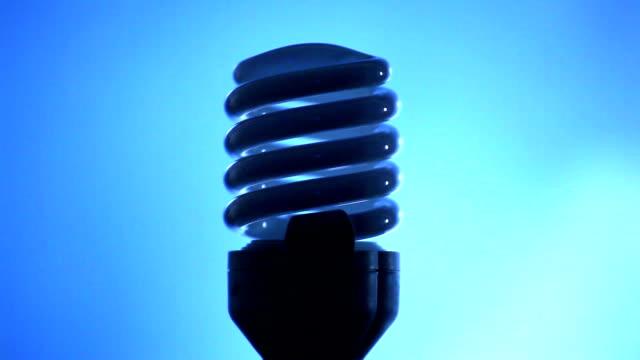 vídeos de stock, filmes e b-roll de economia de energia com moderna luminária sobre um fundo azul - arméria