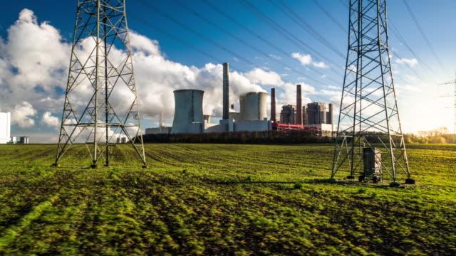 発電所と電気の鉄塔 - ショットを追跡 - 石炭点の映像素材/bロール