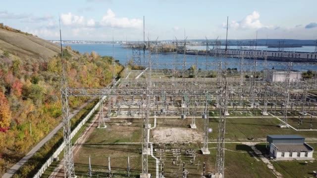 vídeos y material grabado en eventos de stock de estación de transformación eléctrica con descargas eléctricas - descarga eléctrica
