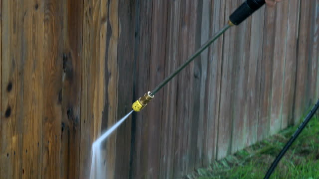 vídeos de stock e filmes b-roll de power washing a wooden fence - cercado