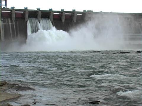potente bordeaux d'acqua. - attrezzatura energetica video stock e b–roll