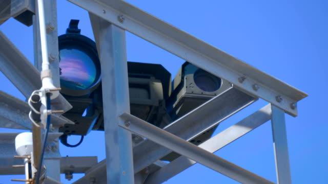 kraftfulla video kameror med stora linser tar en bild från ett skyddat område - barometer bildbanksvideor och videomaterial från bakom kulisserna