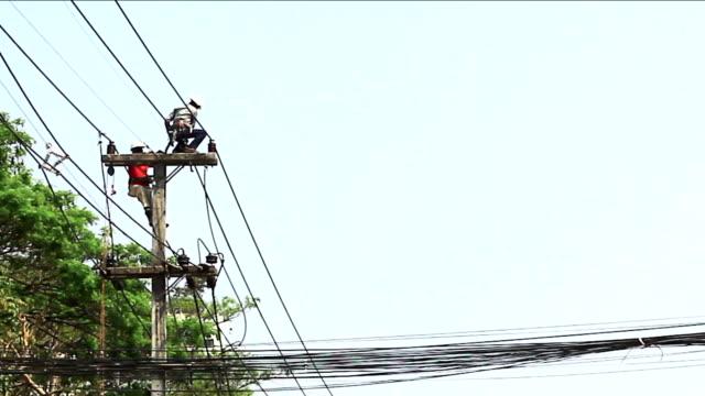 powerline workers , chiangmai thailand - skylift bildbanksvideor och videomaterial från bakom kulisserna