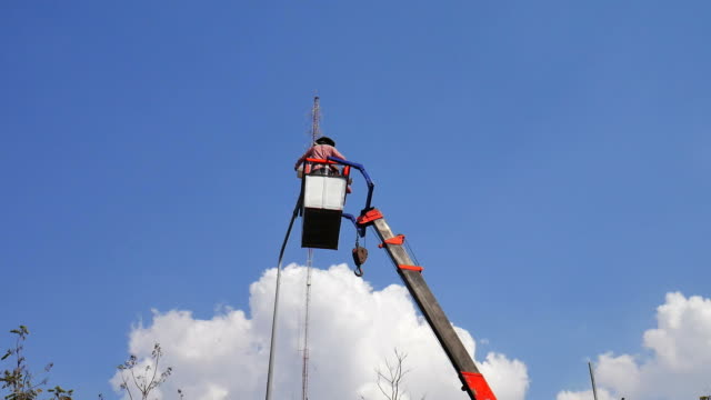 powerline arbetstagare - skylift bildbanksvideor och videomaterial från bakom kulisserna