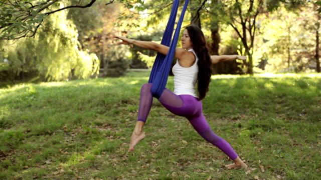 praxis der anti-schwerkraft fliegen yoga mit hängematte - gymnastikanzug stock-videos und b-roll-filmmaterial