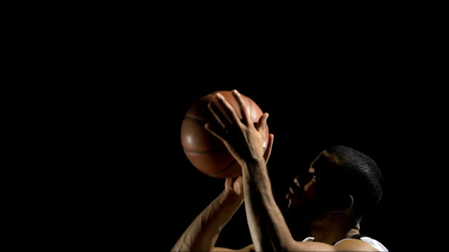 stockvideo's en b-roll-footage met practicing a free throw (super slow motion) - basketbal teamsport