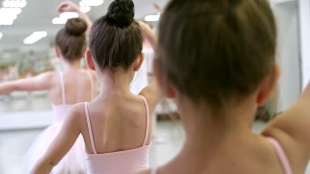öva arm positioner i balett klass - gympingdräkt bildbanksvideor och videomaterial från bakom kulisserna