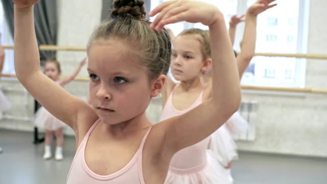 バレエの腕の位置の練習 - チュール生地点の映像素材/bロール