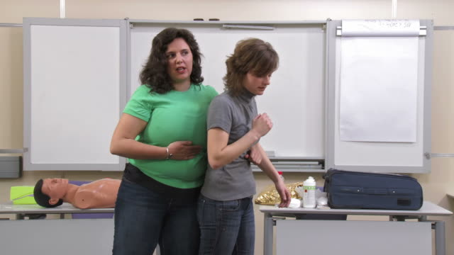 vídeos de stock e filmes b-roll de hd: praticar ajudar a respirar - fundo oficina