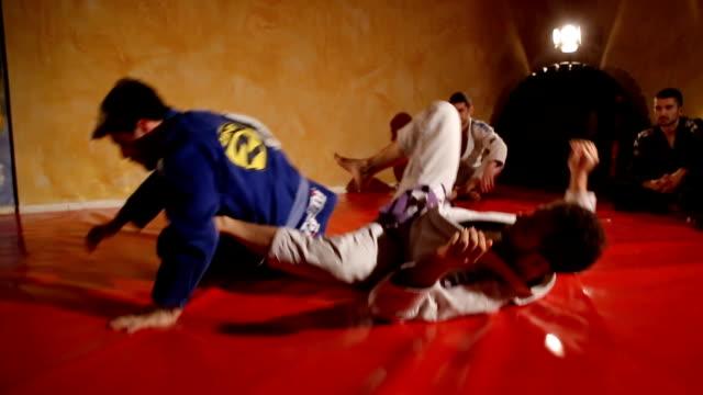 vídeos y material grabado en eventos de stock de practicar técnicas de jujitsu - artes marciales