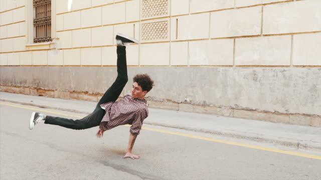 stockvideo's en b-roll-footage met oefenen buiten een nieuwe dans te verplaatsen. - street style