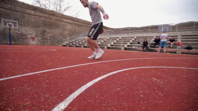 praticare le mie abilità di basket - lega sportiva amatoriale video stock e b–roll