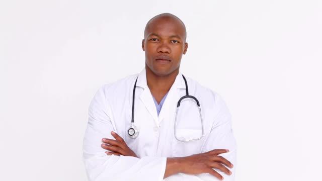 medico attraversando le braccia - mani sui fianchi video stock e b–roll
