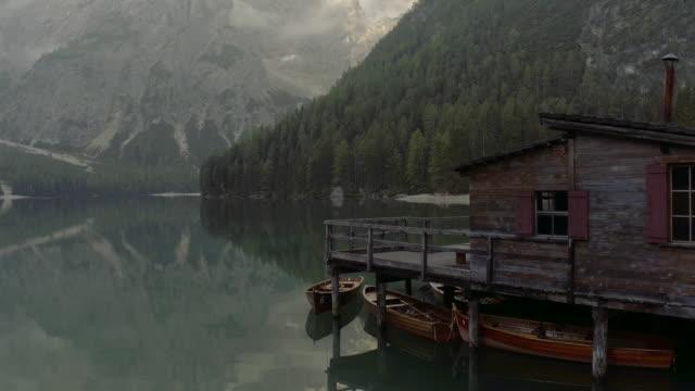 pragser wildsee, göl braie, i̇talya - göl stok videoları ve detay görüntü çekimi