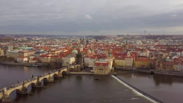 vidéos et rushes de prague, vue aérienne du pont de karlov à l'automne novembre - prague