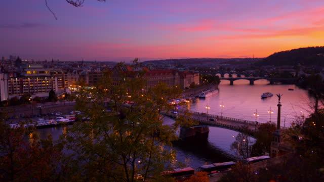 プラハ、夕暮れ時の橋 - チェコ共和国点の映像素材/bロール