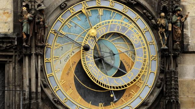 vidéos et rushes de horloge astronomique de prague, prague orloj est une horloge médiévale située à prague, la capitale de la république tchèque - prague