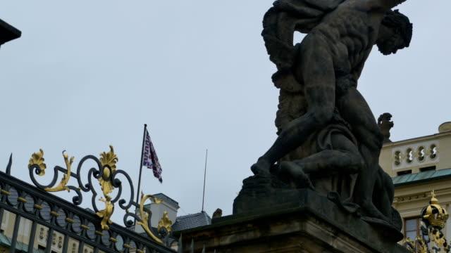 vídeos de stock e filmes b-roll de prague castle coat of arms flag - maio