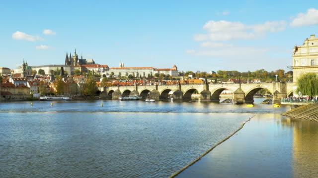 karlsbron i prag och hradcany - turistbåt bildbanksvideor och videomaterial från bakom kulisserna