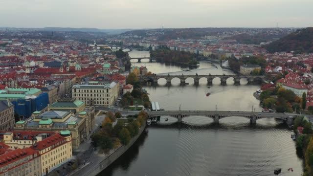 vidéos et rushes de panorama de prague, république tchèque avec l'historique pont charles et vltava river sur une journée ensoleillée. prague, coucher de soleil sur la ville comme vu de dessus, république tchèque - prague