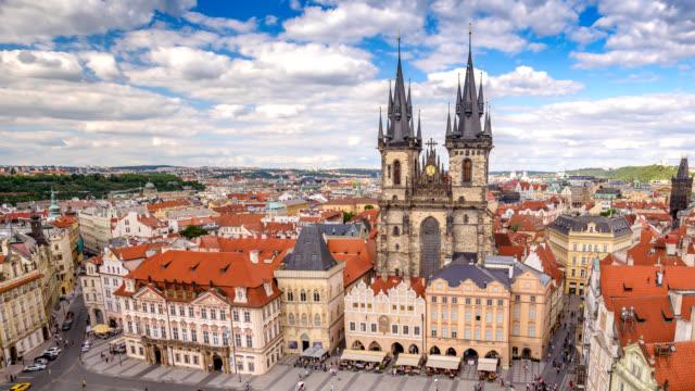 vidéos et rushes de laps de temps république tchèque prague 4k, vue aérienne ville skyline timelapse à la place de prague vieille ville - prague