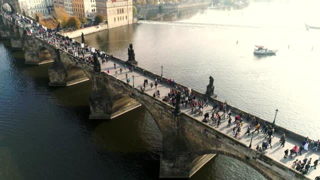 vidéos et rushes de prague, vol au-dessus de la ville, vue de dessus, vue de dessus du pont charles, la rivière vltava - prague