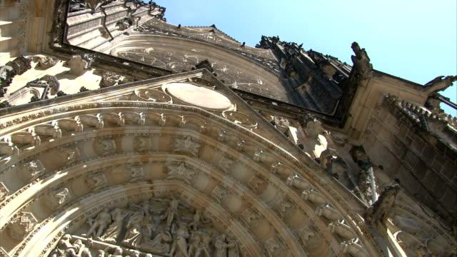 praga cattedrale gotica - gargoyle video stock e b–roll