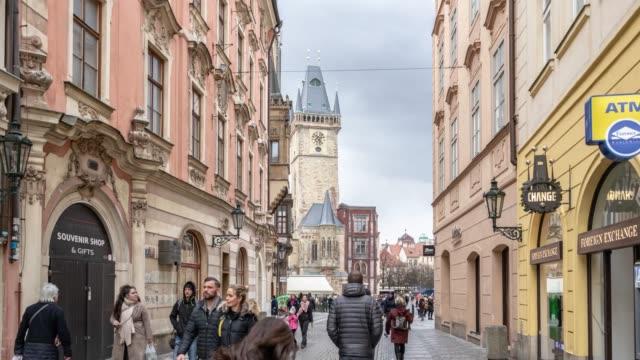 プラハパノラマ街並み。チェコ共和国城の夜。観光のためのヨーロッパの伝統的な旧市街 - チェコ共和国点の映像素材/bロール
