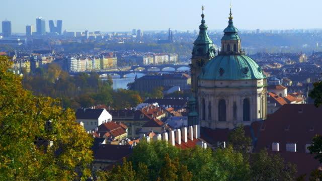 vidéos et rushes de skyline de prague et l'église saint-nicolas - saint nicolas