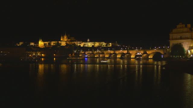 vidéos et rushes de skyline de prague dans la nuit - saint nicolas