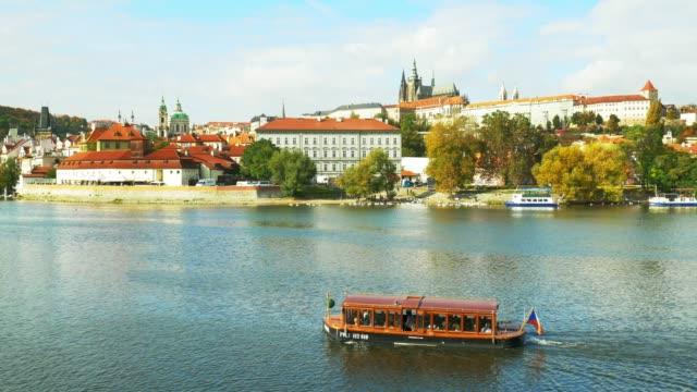 vidéos et rushes de skyline de prague avec la rivière vltava et colline hradcany - saint nicolas