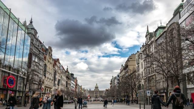 プラハ通り。ヨーロッパチェコ共和国有名な旅行旧市街。街並みのカレル橋 - チェコ共和国点の映像素材/bロール