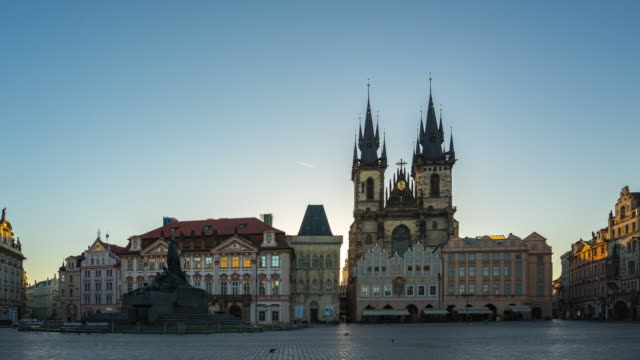 プラハ、プラハ旧市街のペンションティン教会は、チェコ共和国、4 k のタイムラプスでのビューと広場の日の出時間の経過 - チェコ共和国点の映像素材/bロール