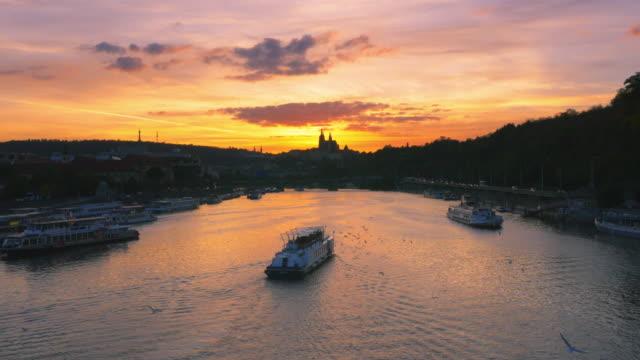 prag vltava-floden och hradcany hill vid solnedgången - turistbåt bildbanksvideor och videomaterial från bakom kulisserna