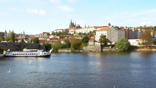 vidéos et rushes de prague vltava river and hradcany hill - saint nicolas
