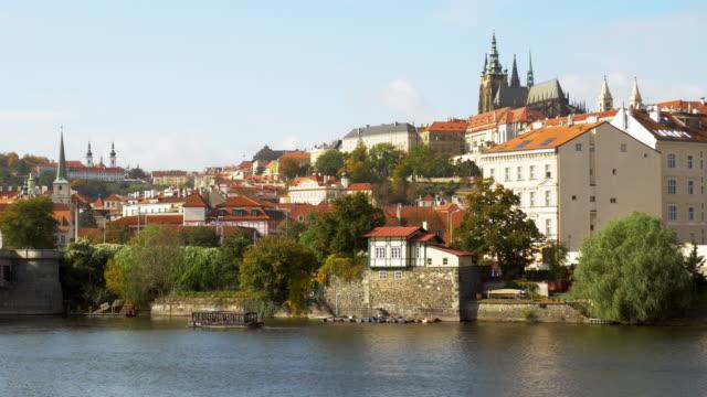 prag vltava-floden och hradcany hill - turistbåt bildbanksvideor och videomaterial från bakom kulisserna