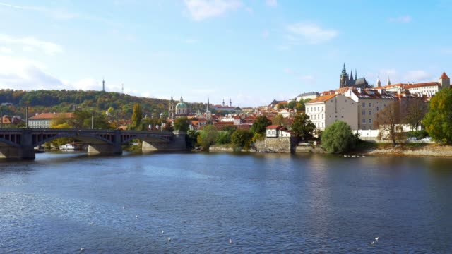vidéos et rushes de fleuve de vltava prague et colline hradcany - saint nicolas