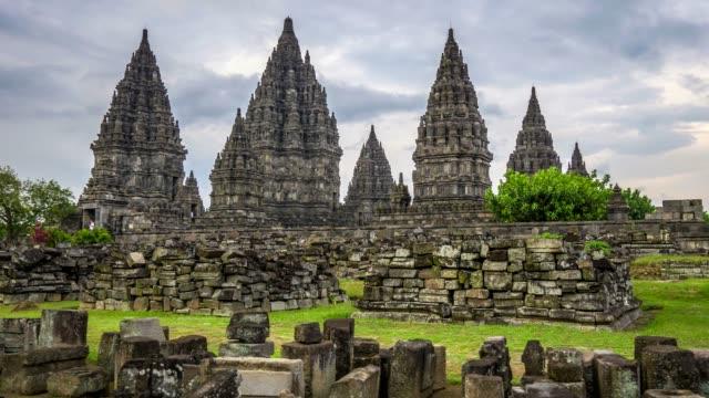 プランバナン (ララ jonggrang) ヒンズー教の寺院。中央ジャワ、インドネシア。ステディカム撮影。4 k、uhd - インドネシア点の映像素材/bロール