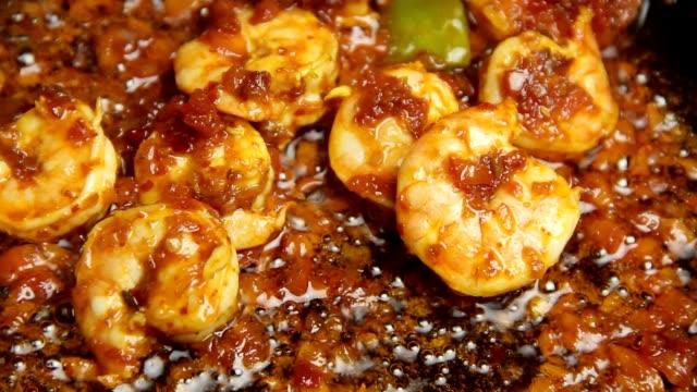 vídeos y material grabado en eventos de stock de langostinos fry - frito