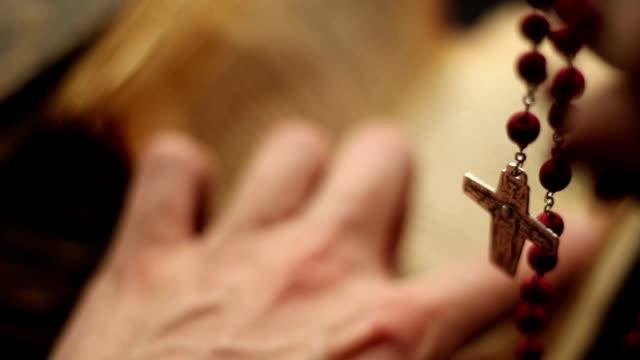be rosenkransen med en bibel - påve bildbanksvideor och videomaterial från bakom kulisserna