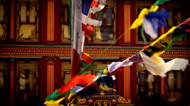 祈祷旗ているボダナートの仏塔は、ネパールのカトマンズ) - ネパール人点の映像素材/bロール