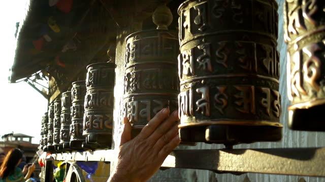stockvideo's en b-roll-footage met gebed wielen in kathmandu, nepal. slow motion - klooster